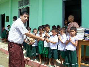 『ミャンマーへ市民から寄付された文具を贈る事業01』の画像