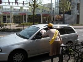 『交通安全週間の街頭指導の様子』の画像