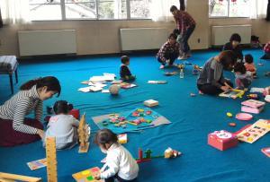 『児童館で遊んでいる様子』の画像