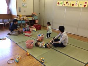 『手作りおもちゃで遊ぶ親子』の画像