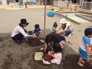 『砂場で遊んでいる親子』の画像