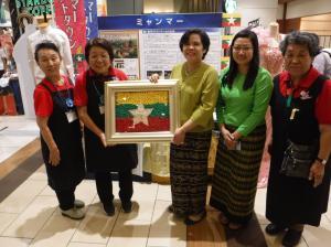 『折り紙のミャンマー国旗と公使』の画像