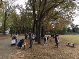 『公園を散策する親子』の画像