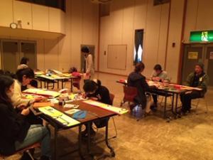 『くるま作りに熱中する参加者』の画像