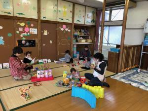 『スタッフと遊ぶ子どもたち』の画像
